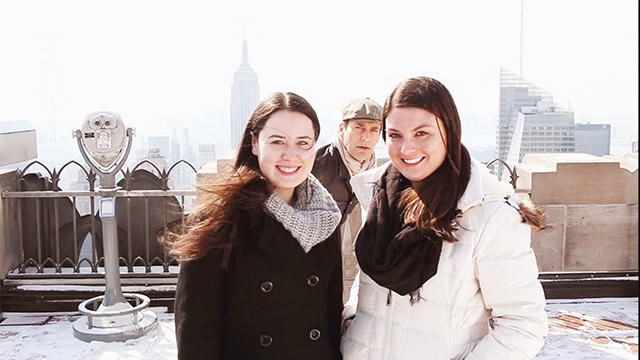 News video: Jon Hamm's Hilarious Tourist Photobombs